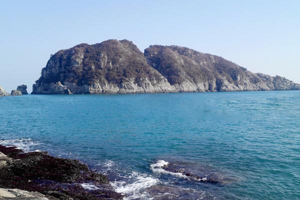 생태적 보전가치가 높은 이 섬의 원명은 갈도(葛島)이다. 자연경관이 빼어나 1971년 명승 제2호로 지정되어 '거제 해금강'으로 등재되었다. 수억 년 파도와 바람에 씻긴 형상이 갖가지 모습을 연출한다. 사자바위, 미륵바위, 촛대바위, 신랑바위, 신부바위, 해골바위, 돛대바위 등으로 둘러싸인 해금강은 중국 진시황제의 불로 장생초를 구하러 왔다 하여 '약초섬'이라고도 불린다. 수십 미터 절벽에 새겨진 만물상과 열 십 자로 드러나는 십자동굴은 가히 조물주의 작품이다. 또 사자바위 사이로 솟는 일출의 모습은 환상적이며 유람선을 이용하여 선상관광을 할 수 있다.