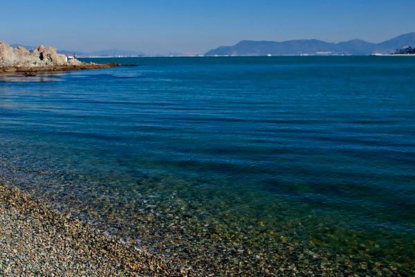 흑진주 같은 검은 몽돌로 해변으로 전국에서 가장 아름다운 해변으로 꼽히고 있다. 남해안의 맑고 깨끗한 물이 파도쳐 몽돌을 굴리면, '자글자글' 아름다운 소리를 낸다. 해안을 따라 발 지압을 하며 걸으면, 노자산, 가라산의 능선이 부드럽게 가슴으로 다가오고, 코앞에 펼쳐지는 야상 동백림 군락지에서는 천연기념물로 지정된 팔색조의 울음소리가 귓가를 간지를 것만 같다. 옆 마을 수산에는 아직껏 별신굿이 이어져 내려오고, 노자산, 가라산의 희귀 식물은 한국 식물학 연구의 보고이다.