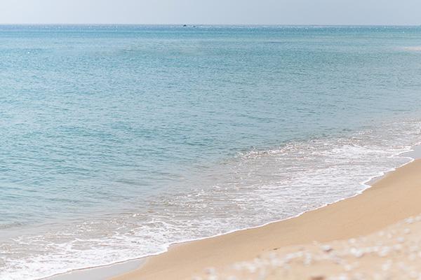 구조라해수욕장은 모래가 부드럽고 수심이 완만하며 수온도 해수욕하기에 가장 적당하며, 주위에는 조선 중기에 축성한 구조라성지와 내도·외도 등 이름난 명승지가 있다. 내륙형 해안지대로 호수같이 조용한 분위기를 느낄 수 있으며, 해수욕장 서쪽 해안에는 효자의 전설이 얽힌 윤돌섬이 자리잡고 있으며, 바다에서 나는 싱싱한 생선회와 멸치, 미역 등의 특산품과 50여 가구의 민박업소가 있다. 여기서 유람선을 이용하면 내도·외도를 비롯하여 해금강 등을 관광할 수 있고 육로로는 해안도로를 이용 해금강으로 갈 수 있다.